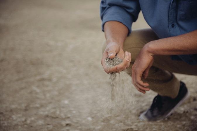 férfi homokba markolt közösségi iroda Vác